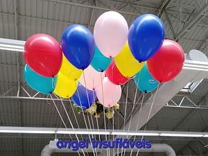 balões coloridos com fitas
