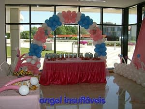 arco de balões azul e rosa