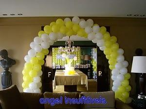 arco de balões amarelo e branco