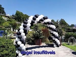 arco de balões preto e branco